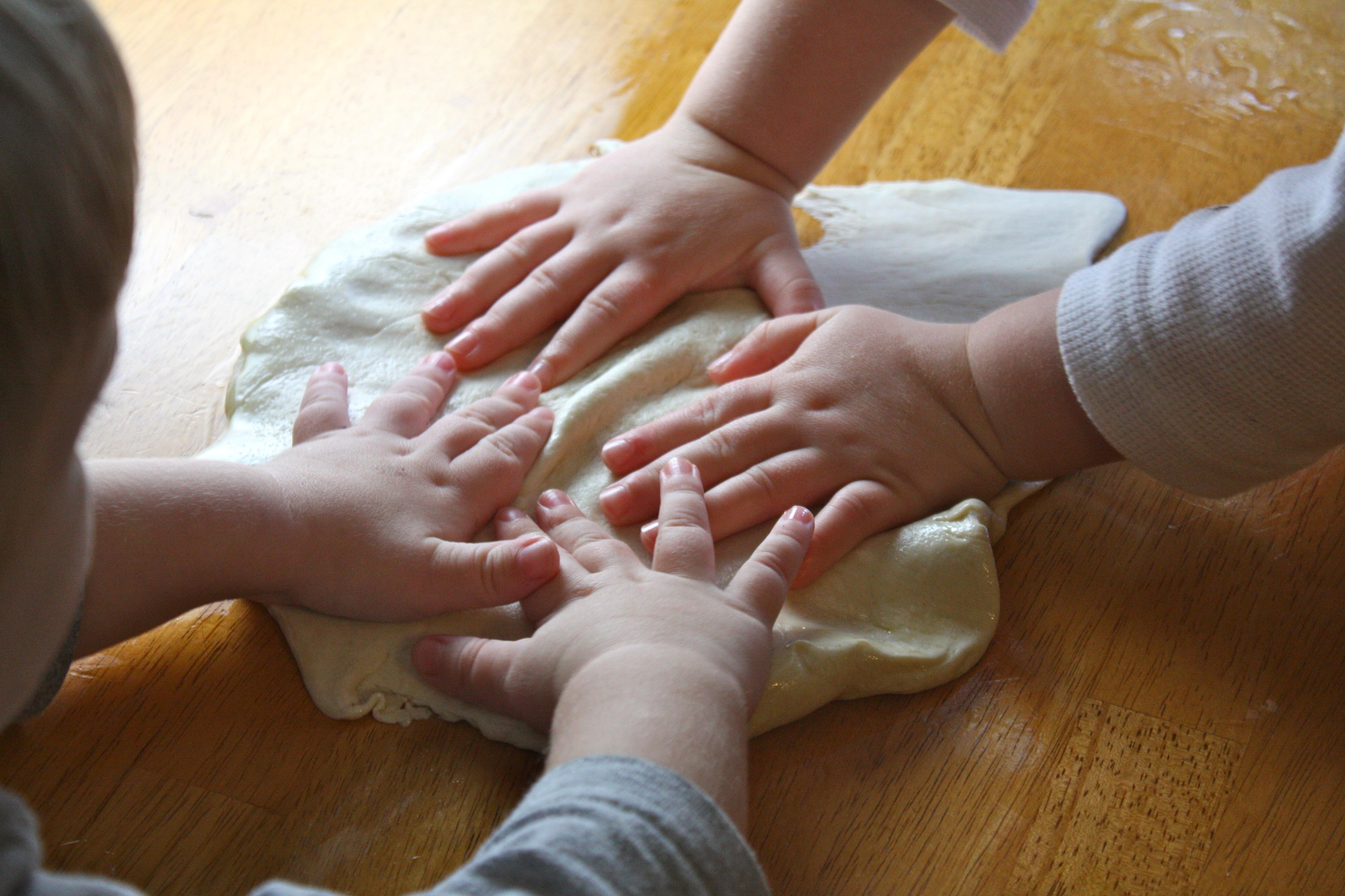 Resultado de imagen de kids hand cooking